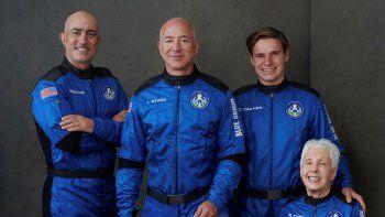 De izquierda a derecha: Mark Bezos, hermano de Jeff Bezos; Jeff Bezos, fundador de Amazon y la empresa de turismo espacial Blue Origin; el holandés Oliver Daemen, y la pionera de la aviación Wally Funk.