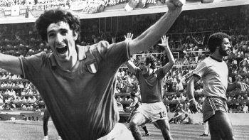 En esta imagen de archivo, tomada el 5 de julio de 1982, Paolo Rossi (izquierda) celebra tras marcar un gol para la selección de Italia durante un partido del Mundial 82 contra Brasil, en Barcelona. Rossi falleció de cáncer el 10 de diciembre de 2020. Tenía 64 años.