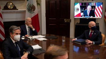 El presidente de Estados Unidos Joe Biden y el presidente de México Andrés Manuel López Obrador sostienen una reunión virtual el 1 de marzo de 2021.