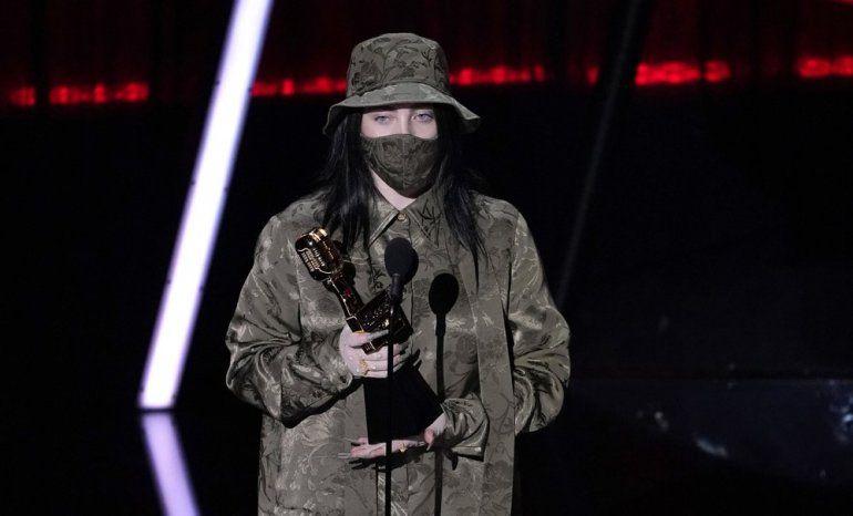 Billie Eilish acepta el premio al mejor álbum Billboard 200 por When We All Fall Asleep