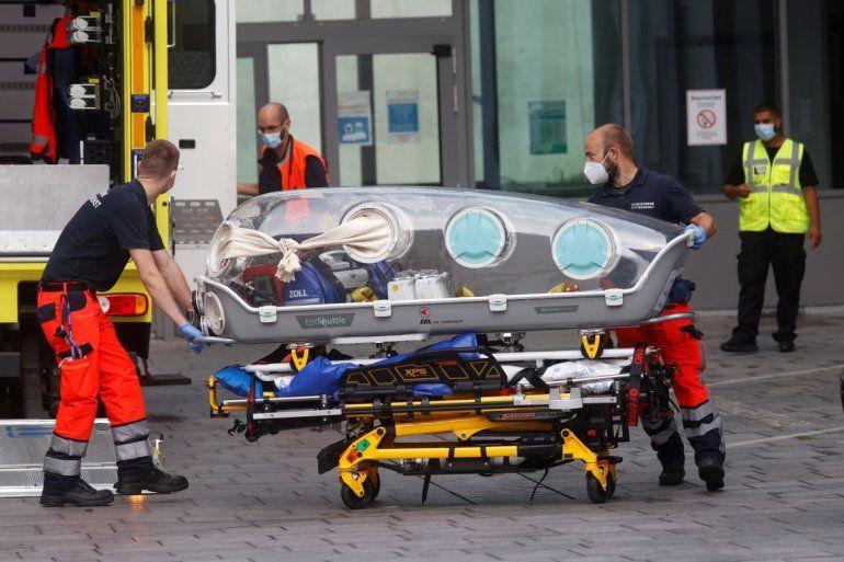 Personal médicode ambulancia en la que fue traslado el líder opositor ruso Alexei Navalni