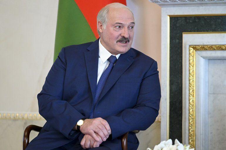 El presidente bielorruso Alexander Lukashenko escucha al presidente ruso Vladimir Putin durante su reunión en San Petersburgo