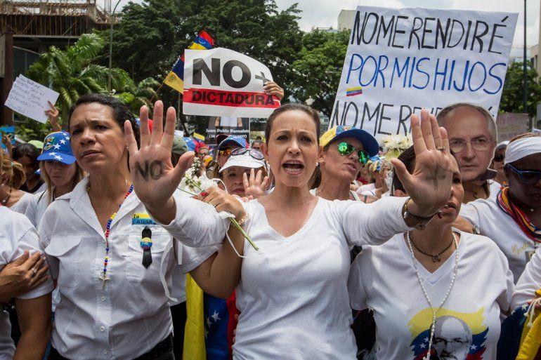 La dirigente opositora MaríaCorinaMachado(c) participa en una manifestación acompañada por mujeres que denuncian la represión que han ejercido los cuerpos de seguridad del Estado contra la ola de protestas que se inició el pasado 1 de abril en la nación caribeña.