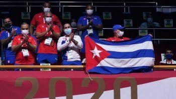 Miembros del equipo de Cuba vitorean desde las gradas durante la ronda preliminar de boxeo de 16 de los hombres de pluma (52-57 kg) entre el cubano Lázaro Álvarez y el jordano Zeyad Eishaih Hussein Eashash durante los Juegos Olímpicos de Tokio 2020