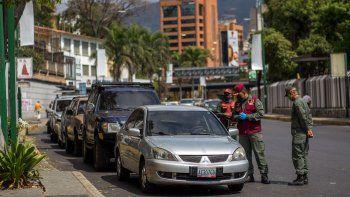 Venezuela se enfrenta a la nueva pandemia de coronavirus mientras sufre una gran escasez de gasolina y el sistema de agua del país se derrumbó, lo que ha dejó muchas casas sin agua corriente. El régimen de Nicolás Maduro intenta evitar un estallido social.