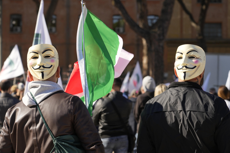 Pasaporte sanitario para trabajadores hace estallar a Italia