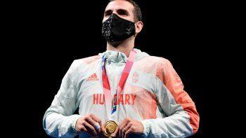 Aron Szilagyi, medallista de oro de Hungría, celebra durante la ceremonia de entrega de medallas para el sable individual masculino durante los Juegos Olímpicos de Tokio 2020