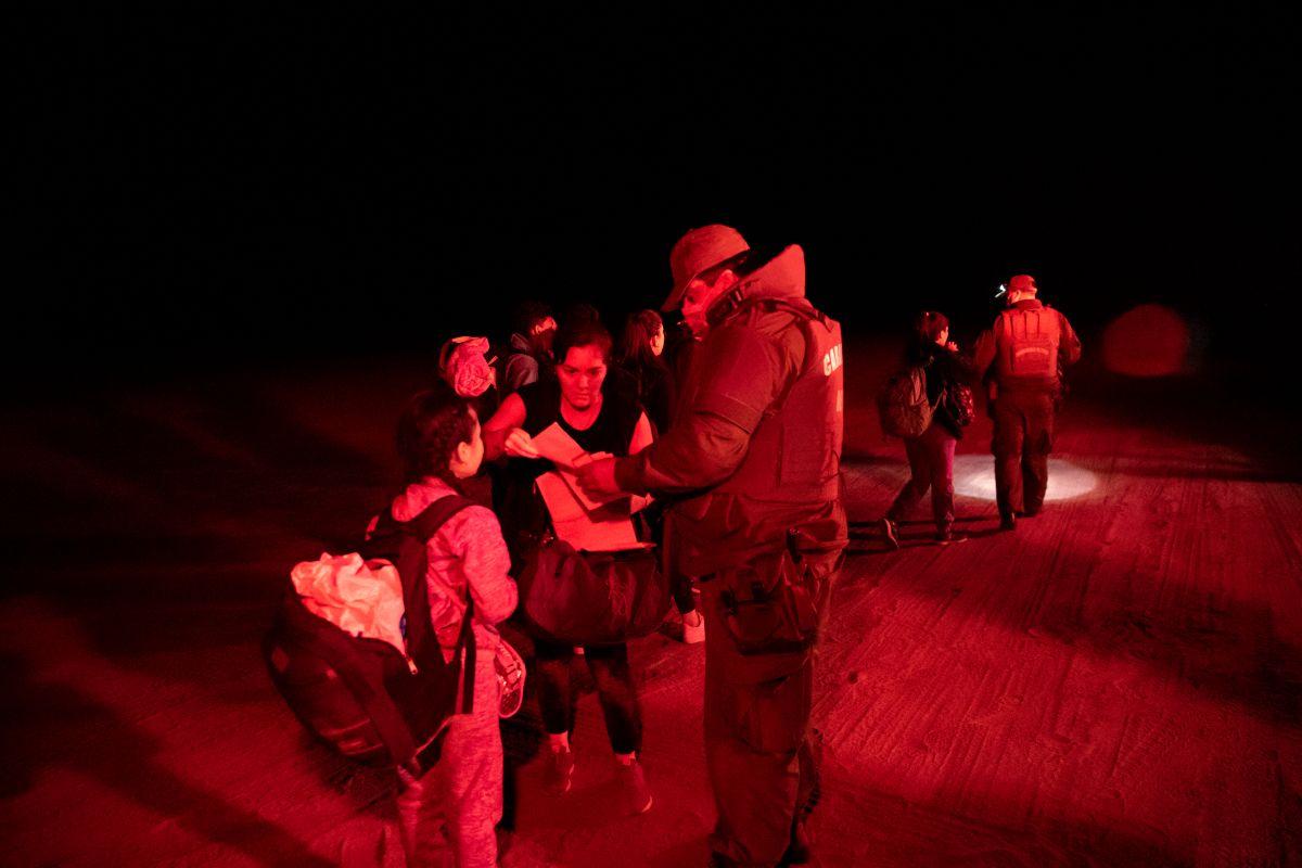 Cientos de migrantes principalmente venezolanos y haitianos ingresan a Chile cruzando ilegalmente la frontera desde Perú a diario.