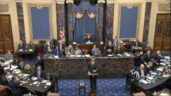 En esta imagen tomada de un video, el abogado adjunto de la Casa Blanca Patrick Philbin habla durante el juicio político contra el presidente Donald Trump en el Senado del Capitolio, el lunes 27 de enero de 2020, en Washington.