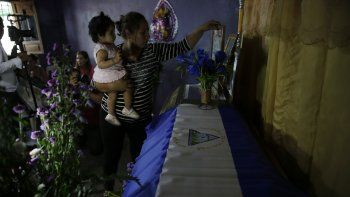 Familiares asisten al velorio de Leyling Ezequiel Chavarria, joven de 16 años, víctima de la violencia del régimen de Daniel Ortega en el municipio de Jinotega, Nicaragua.