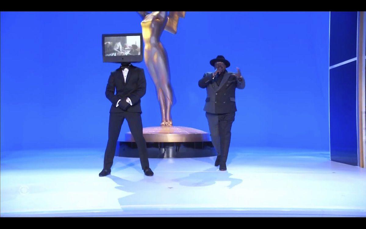 En esta imagen de video emitida el domingo 19 de septiembre de 2021 por la Academia de la Televisión, Cedric the Entertainer conduce la ceremonia de los premios Emmy en Los Angeles.
