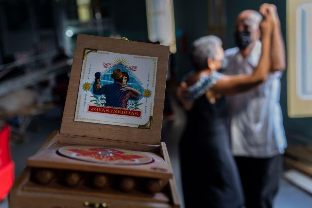 Una pareja baila junto al disco de danzón de la Orquesta Failde Joyas Inéditas, con una caja de tabaco, en Matanzas, Cuba, el sábado 2 de octubre de 2021.