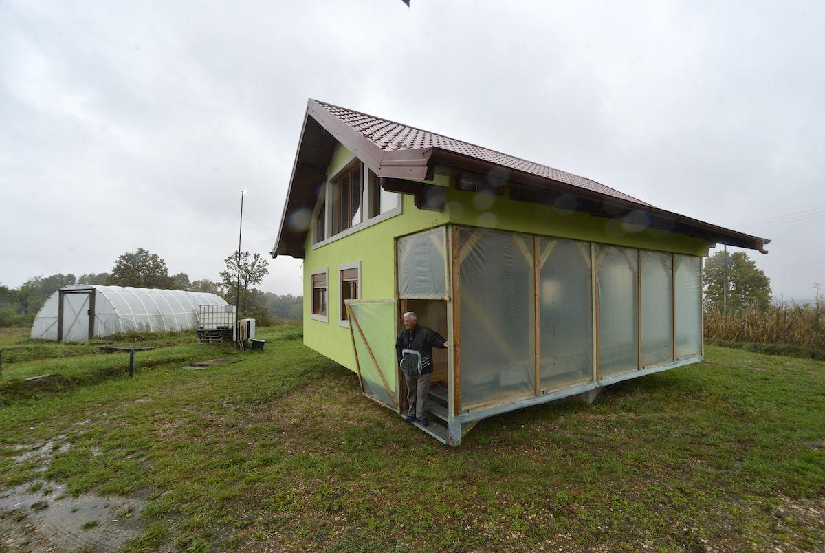La casa rotativa en Srbac, en el norte de Bosnia, el 10 de octubre del 2021.