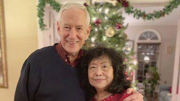 En esta imagen de diciembre de 2018 distribuida por la familia Stemberger, Victor y su esposa, Han Stemberger, posan en su casa en Centreville, Virginia.