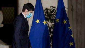 El ministro italiano de Salud Roberto Speranza arriba a un encuentro con la prensa sobre las nuevas medidas del gobierno para frenar la diseminación del COVID-19, en Roma el martes, 2 de marzo del 2021.