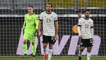 El centrocampista alemán Emre Can (C), el delantero alemán Amin Younes (derecha) y el portero alemán Marc-Andre Ter Stegen reaccionan tras conceder un gol durante el partido de clasificación para la Copa Mundial de la FIFA Catar 2022