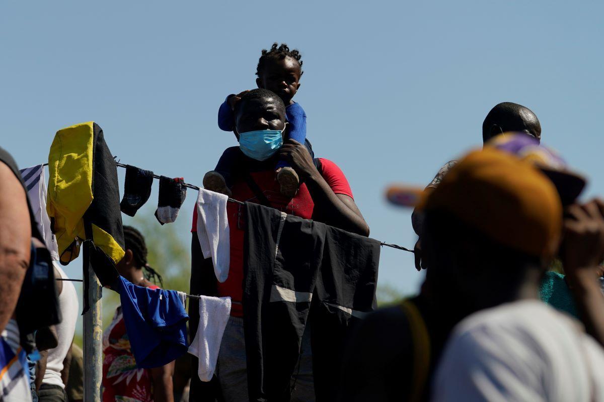 Migrantes en un campamento improvisado luego de cruzar el río Bravo (o Grande) hacia Estados Unidos desde México, el viernes 17 de septiembre de 2021, en Del Rio, Texas.