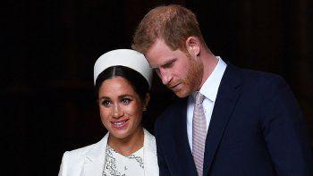 En esta foto de archivo tomada el 11 de marzo de 2019, el príncipe Harry, duque de Sussex (derecha) y Meghan, duquesa de Sussex de Gran Bretaña se van después de asistir a un servicio del Día de la Commonwealth en la Abadía de Westminster en el centro de Londres.