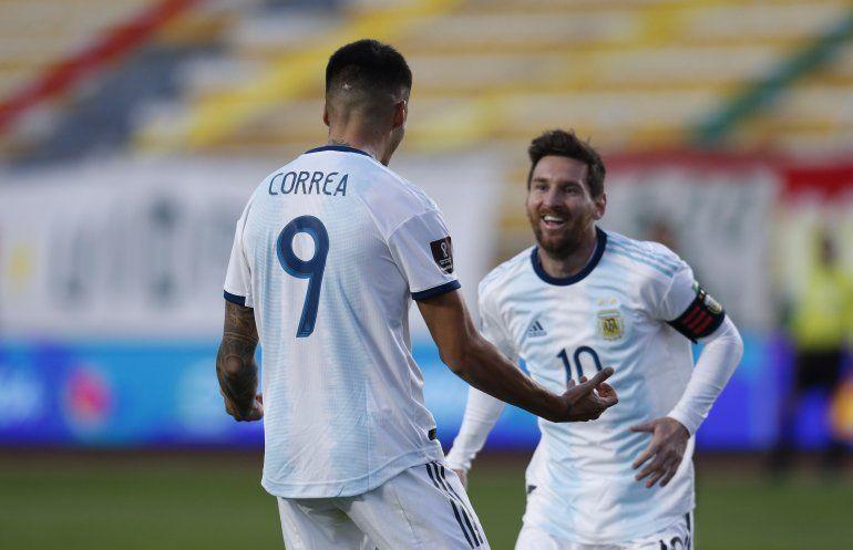 El volante de Argentina Joaquín Correa (9) celebra con su compañero Lionel Messi tras anotar el gol para la victoria 2-1 ante Bolivia en el partido por las eliminatorias de la Copa Mundial