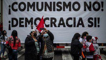 Simpatizantes de la candidata peruana por el partido Fuerza Popular, Keiko Fujimori, protestan frente al edificio del Organismo Nacional de Procesos Electorales (ONPE) en Lima.
