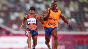 Esta foto del folleto publicada por los Servicios de Información Olímpica (OIS) del Comité Olímpico Internacional (COI) y tomada el 31 de agosto de 2021 muestra a la venezolana Linda Patricia Pérez López compitiendo en la final de atletismo femenino de 100 metros T11 durante los Juegos Paralímpicos de Tokio 2020