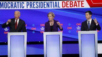 De izquierda a derecha, los aspirantes a la candidatura demócrata, el exvicepresidente Joe Biden (izquierda), la senadora Elizabeth Warren y el alcalde de South Bend, Pete Buttigieg, intervienen en un debate de primarias organizado por CNN y New York Times en la Universidad de Otterbein, el 15 de octubre de 2019, en Westerville, Ohio.