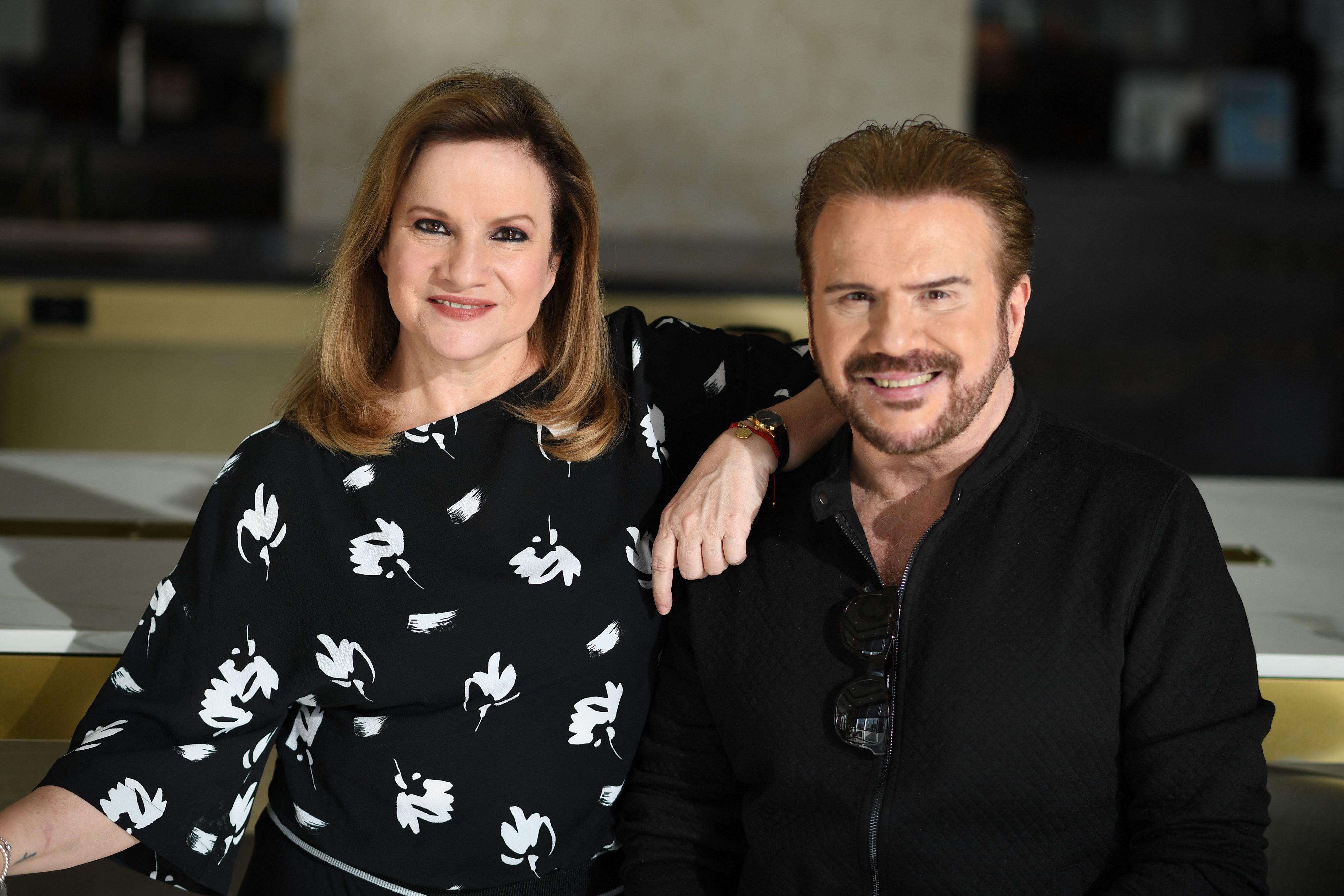 Lucía y Joaquín Galán, del dúo musical argentino Pimpinela, posan durante una sesión de fotos en Glendale, California, el 18 de octubre de 2021.