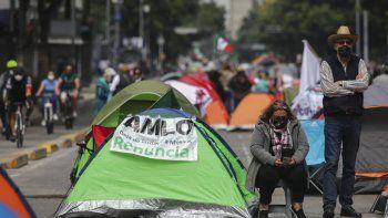 Manifestantes que exigen la renuncia del presidente mexicano Andrés Manuel López Obrador, comúnmente conocido por sus iniciales AMLO, acampan en la avenida Juárez de la Ciudad de México.