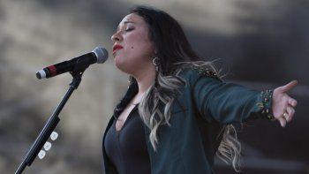 """En esta fotografía de archivo del 24 de abril de 2016 Carla Morrison durante su presentación en la 17 a edición del Festival Vive Latino en la Ciudad de México. Morrison presenta """"El renacimiento"""" un proyecto electro-pop de cuatro videos musicales con canciones en las que se adentró en un nuevo sonido más bailable."""