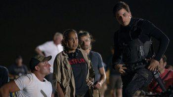 En esta imagen proporcionada por Netflix la directora Gina Prince-Bythewood, centro, con el actor Luca Marinelli, derecha, durante la filmación de The Old Guard.