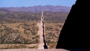 En esta fotografía de archivo del 19 de mayo de 2021, el muro en la frontera con México se extiende cerca de Sasabe, Arizona(AP Foto/Ross D. Franklin, archivo)