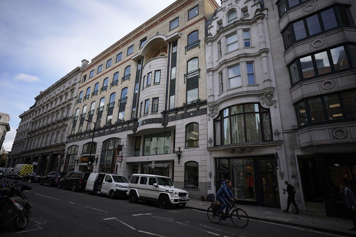 En la imagen vista de la facha de los números 56-60 de Conduit Street, en el distrito de Mayfair, en Londres, el 4 de octubre de 2021. La propiedad está ligada al presidente de Azerbaiyán, Ilham Aliyev, según un reporte llamado los Papeles de Pandora sobre presuntas irregularidades fiscales.