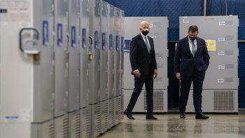 El presidente Joe Biden inspecciona contenedores de vacunas al visitar la fábrica Pfizer con el CEO de esa empresa Albert Bourla en Portage, Michigan, el 19 de febrero del 2021.