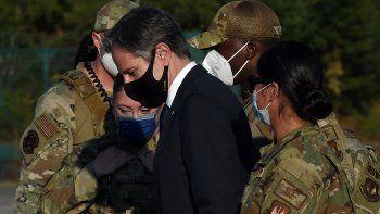 El secretario de Estado de EEUU, Antony Blinken (C), sube a un avión después de posar para una fotografía con soldados estadounidenses antes de partir de la base aérea de Ramstein en Alemania el 8 de septiembre de 2021.