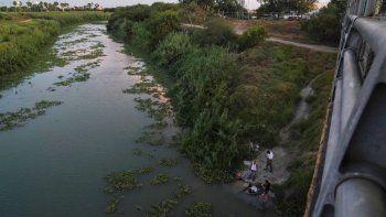 Solicitantes de asilo lavan su ropa en el río Bravo, cerca del puente internacional Gateway, en Matamoros, México. Fotografía del 30 de agosto de 2019.