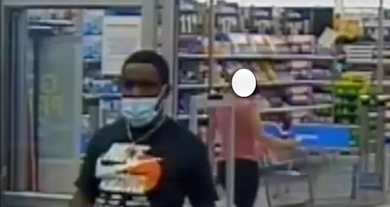 La oficina del alguacil de Broward publicó la imagen de un hombre al que acusan de cometer robos a varios vehículos.