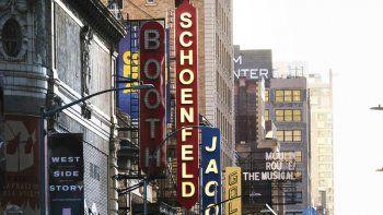 Teatros de la calle 45 en Nueva York el 13 de mayo de 2020. Un nuevo reporte sobre representación racial en los teatros de Nueva York concluyó que poco ha cambiado en cuanto a la sobrerrepresentación de actores, dramaturgos y directores blancos.