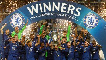 El defensa español del Chelsea, César Azpilicueta (C), celebra con el trofeo tras ganar la final de la UEFA Champions League en el estadio Dragao de Oporto el 29 de mayo de 2021