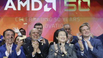 Lisa Su (segunda desde la derecha), presidenta y CEO de AMD, durante el campanazo inicial de la bolsa de valores Nasdaq para celebrar el 50mo aniversario de la empresa en Nueva York. Archivo.