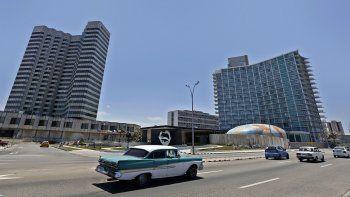 Varios autos recorren un sector del malecón habanero, muy cerca de los hoteles Riviera (der.) y Meliá Cohiba (izq.), el mismo día en que entra en vigor del Título III de la ley Helms-Burton que permitirá reclamar en los tribunales de EEUU propiedades nacionalizadas por el régimen cubano.