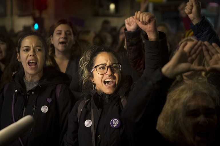 Mujeres gritan consignas afuera del Ministerio de Justicia tras un fallo sobre un caso de ataque sexual criticado ampliamente