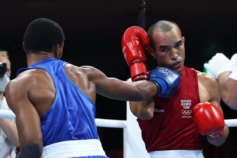 El boxeador venezolano Eldric Sella Rodríguez (rojo) del Equipo Olímpico de Refugiados y Euri Cedeno Martínez de la República Dominicana pelean durante el combate de boxeo preliminar de los hombres (69-75 kg) durante los Juegos Olímpicos de Tokio 2020