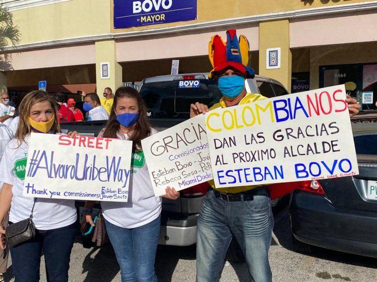 Miembros de la comunidad colombiana y de otras nacionalidades se unieron este sábado para celebrar la designación de una calle de Miami-Dade en honor al expresidente de Colombia Álvaro Uribe, y también en apoyo a la candidatura de Esteban Bovo para la alcaldía del Condado.