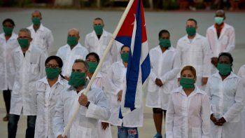 En esta foto de archivo tomada el 28 de marzo de 2020 médicos y enfermeros de la Brigada Médica Internacional Henry Reeve de Cuba participan en una ceremonia de despedida antes de viajar a Andorra para ayudar en la lucha contra la pandemia del coronavirus COVID-19, en la Unidad Central. de Cooperación Médica en La Habana.