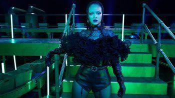 En esta imagen proporcionada por Savage X Fenty la cantante y diseñadora Rihanna en el set del desfile Savage X Fenty Vol. 2 presentado por Amazon Prime Video en Los Angeles. El desfile con invitados como Lizzo, Rosalía y Bad Bunny se estrena el viernes en Amazon Prime Video.