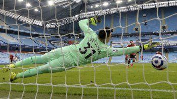 Bruno Fernandes del Manchester United anota el gol de penal frente al arquero del Manchester City Ederson en el partido de la Liga Premier inglesa, el domingo 7 de marzo de 2021.