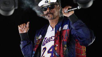 Snoop Dogg actúa como DJ Snoopadelic durante la serie Concerts In Your Car el 2 de octubre de 2020 en Ventura, California. El rapero se unirá a Def Jam Recordings como consultor ejecutivo creativo y estratégico.