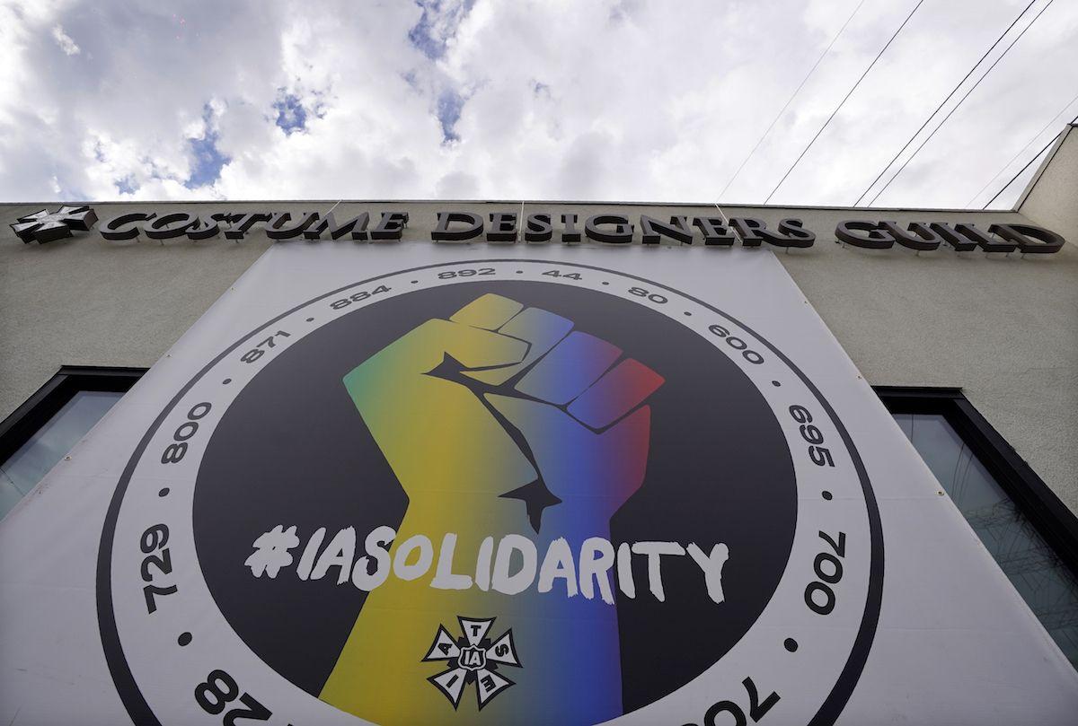 Un póster que llama a la solidaridad sindical cuelga de un edificio que alberga oficinas de la Alianza Internacional de Empleados de Escenarios Teatrales (IATSE, por sus siglas en inglés) el lunes 4 de octubre de 2021 en Burbank, California. La IATSE votó a favor de autorizar una huelga por primera vez en sus 128 años de historia.
