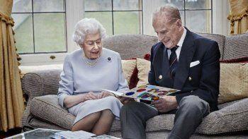 La reina Isabel II y el príncipe Felipe leen una tarjeta de aniversario de parte de sus bisnietos, el príncipe Jorge, la princesa Carlota y el príncipe Luis, en el Castillo de Windsor, en Windsor, Inglaterra.