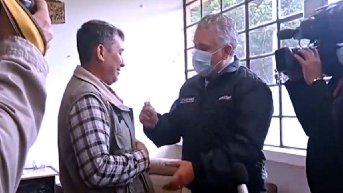 El presidente de Colombia, Iván Duque, entrega la primera tarjeta del Permiso de Protección Temporal de Migrantes a un ciudadano venezolano que reside en ese país.